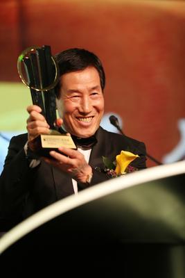 颁奖典礼上,陈妙林董事长接受 2013安永中国企业家奖 奖杯