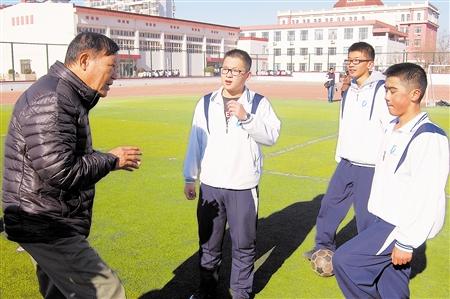 早上9时30分记者来到大港五中,操场上站满了穿着校服,准备进行足球图片