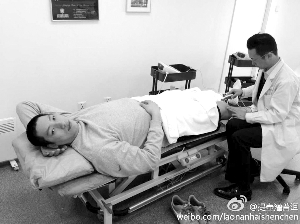 专家帮唐正东检查膝盖伤势