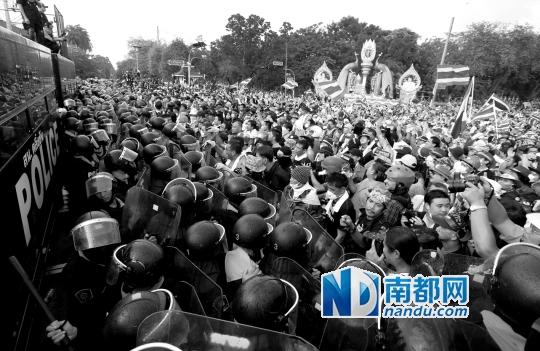 在泰国首都曼谷,参与集会的示威者与防暴警察对峙。