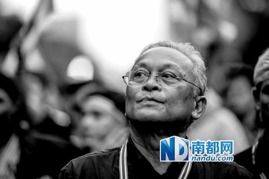 反政府集会领导人素贴在已占领的财政部内行走。
