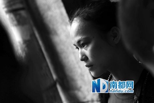 昨日中午,死者母亲回到事发出租屋楼下,接受了媒体的采访。 南都记者 张志韬 实习生 宋超 摄