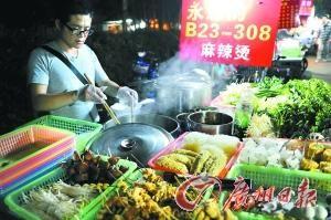 11月20日晚上,广州大学大学城校区,广大毕业生谢水林回到母校男生宿舍楼外卖起麻辣烫。记者莫伟浓 摄