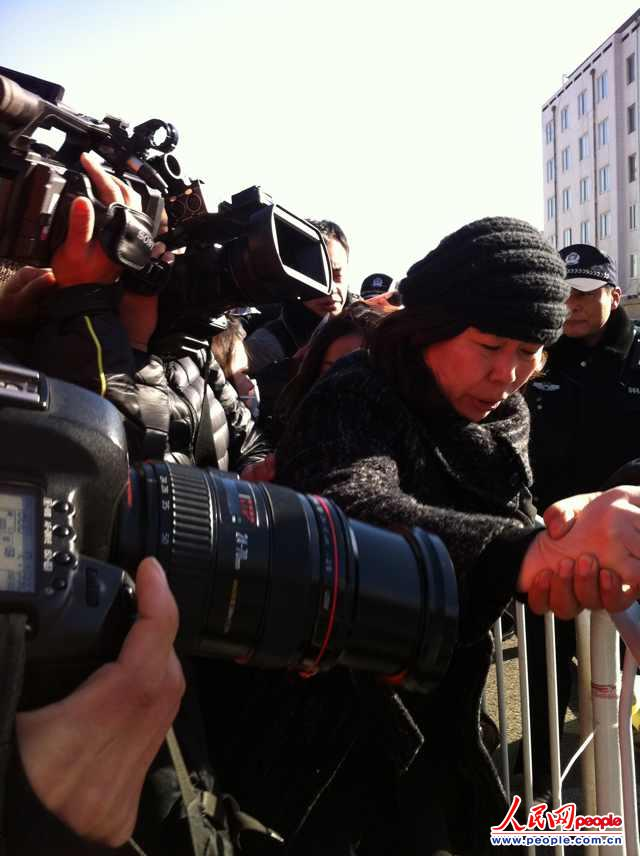 王某的辩护律师周姓律师在法院外被记者层层包围 人民网记者 杨孟辰摄