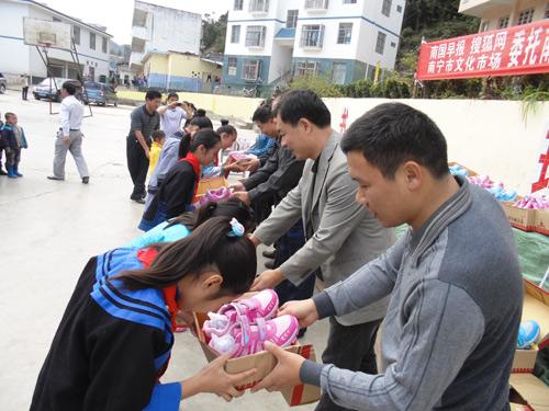 学校为孩子们发放运动鞋