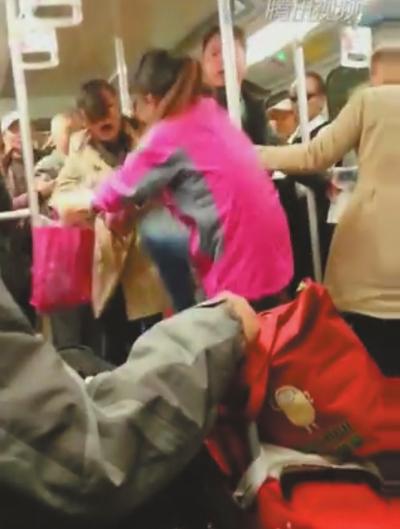 两女子地铁激烈互殴图