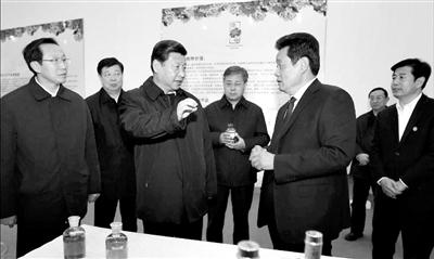 11月26日,山东菏泽牡丹产业园,习近平拿起一瓶牡丹籽油,打开瓶盖闻了闻,询问定价、产销情况。据新华视点