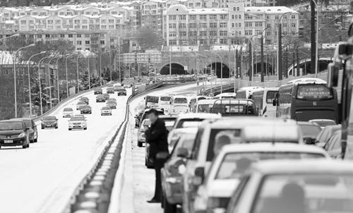 东快路出市方向椒金山入口处路面结冰车辆无法上坡全被堵住。半岛晨报、海力网摄影记者张腾飞