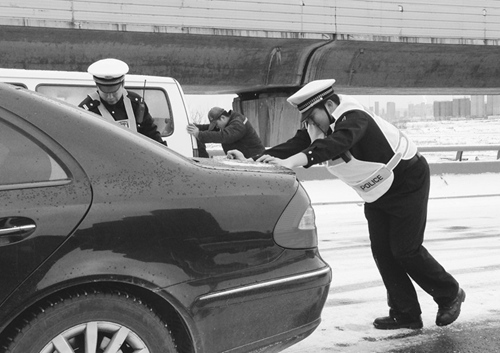 交警在帮助推车。