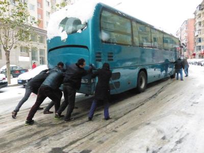 这种齐心协力的镜头,昨日在滨城随处可见,令人在风雪天里感受到温暖。本报记者王中鲜摄