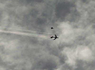 美国总统奥巴马26日访问洛杉矶时,两架F-15战机在禁飞区空中加油。战机随后发现一架飞机误闯禁航区,紧急前往拦截。