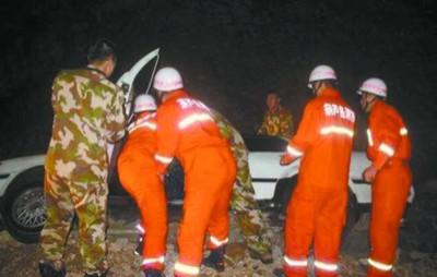 11月24日晚,位于葫芦岛市的张学良筑港纪念碑附近路段一轿车发生侧翻,当地消防在紧急救援。消防供图