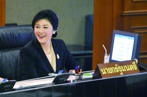 泰国国会下议院28日否决了针对英拉政府的不信任案。图为英拉在投票现场。