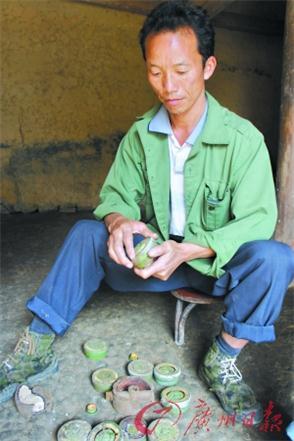 王清树在过去20年间从山里排出了两万颗地雷。
