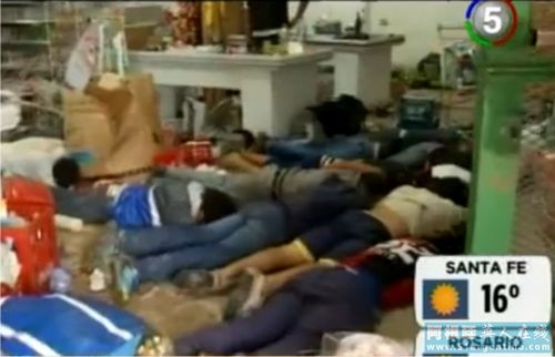 在圣达菲省,27日警方逮捕进入超市进行哄抢的非法分子。阿根廷华人在线