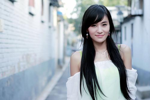 刘洋影子在《飘落的羽毛》中饰演傣族少女叶拉