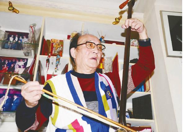 85岁高龄顾耀宗 琴不离手