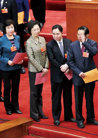 2013年3月15日,北京,十二届全国人大一次会议第五次全体会议,柳斌杰(右二)参与投票
