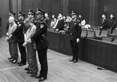 摔童案宣判现场。昨日, 北京高院对韩磊(右)、李明故意杀人、窝藏上诉案宣判,终审裁定驳回上诉,维持对韩磊一审的死刑判决。新华社发