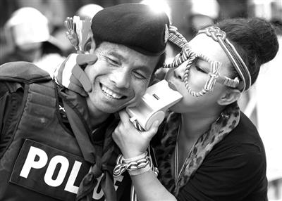 29日,一名示威者向警察亲密示好。