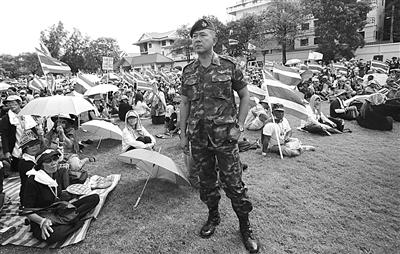 29日,泰国曼谷,示威群众占领泰国陆军总部,在草坪上集会挥舞国旗。