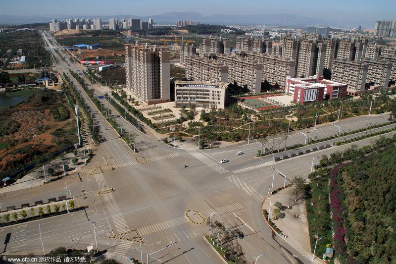 """2013年11月22日,昆明呈贡,是中国比较有代表性的""""鬼城""""之一。在白天,呈贡宽阔的道路上也仅有少数来往的车辆,在这里开车一定不会忍受堵车之苦。吴长青/CFP"""