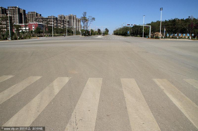 """2013年11月22日,昆明呈贡,是中国比较有代表性的""""鬼城""""之一。呈贡空旷的街道,这里什么都不缺,就是缺人,在呈贡找到一辆出租车简直比登天还难,需要极大的耐性和运气。吴长青/CFP"""