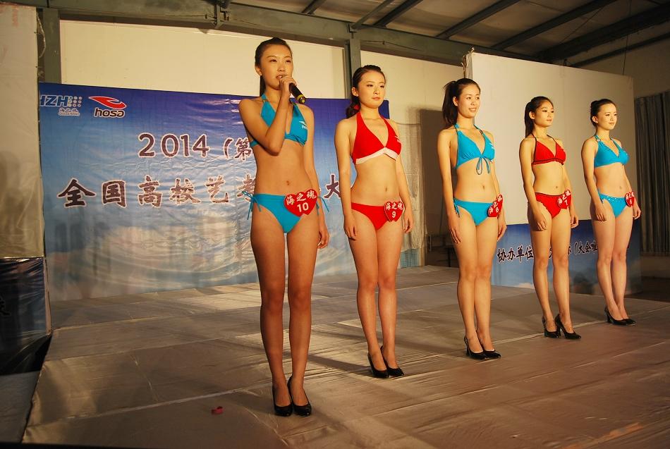 美女考生泳装秀身材
