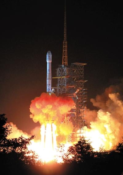 今日,搭载着嫦娥三号的长三乙运载火箭在西昌卫星发射中心发射升空。新华社发