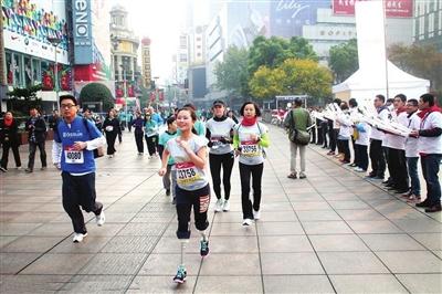 廖智在跑马拉松。图片据新浪体育