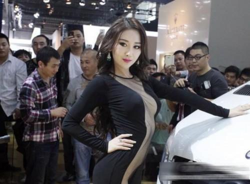 3美模胸袭广州车展 广州车展真空装车模