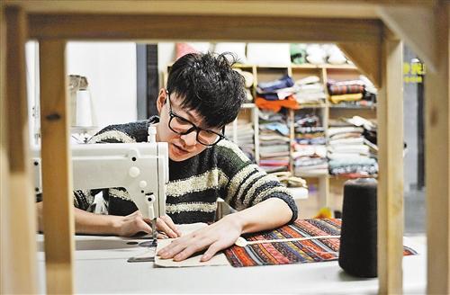 郑宇 文/图   过去,由于经济原因,人们习惯扯块布料去裁缝铺做衣服.