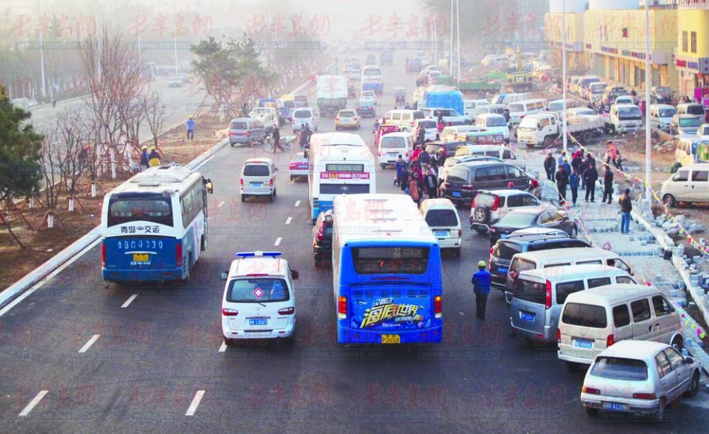 重庆路主体刚通车就现拦路虎 5车道被挤成1车