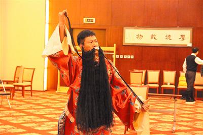 连奕名2011年彩唱《坐寨盗马》(资料图)
