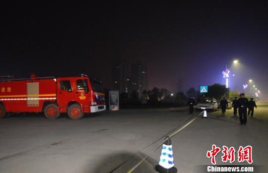 现场拉起警戒线,消防和公安在现场忙碌。 刘忠俊 摄