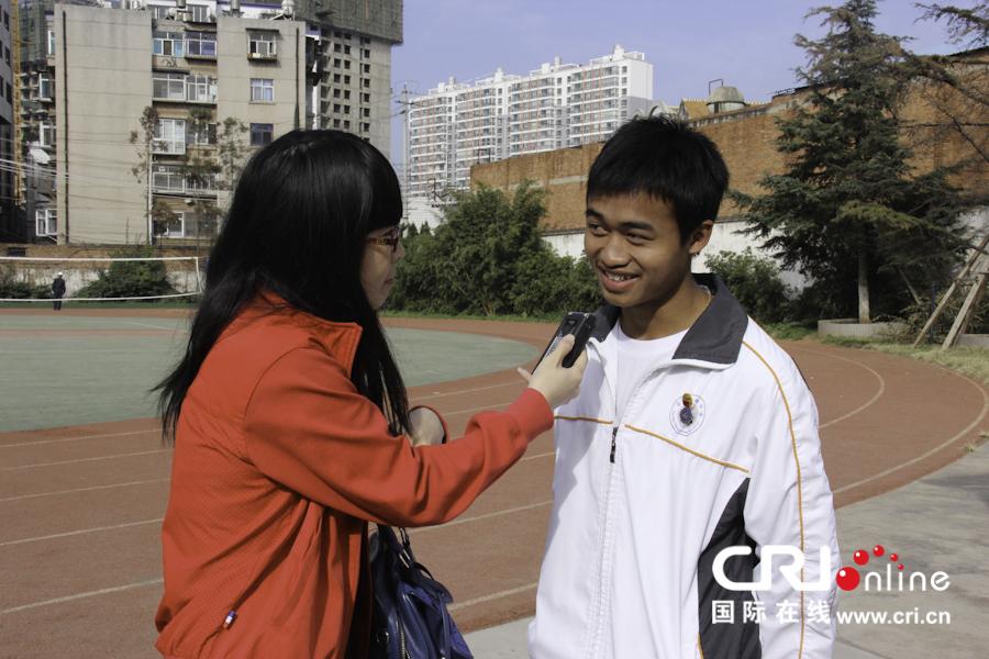 布朗族男孩岩温坎接受采访