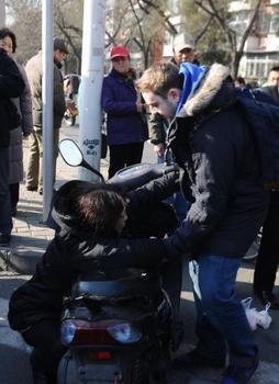 外国小伙北京遇碰瓷后续 证实女子确实被撞倒图片