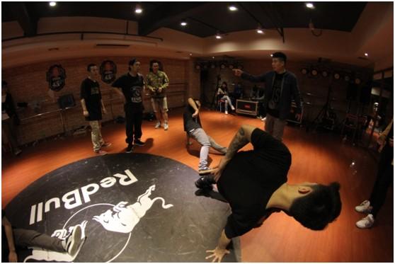 """韩国B-boy 顶级舞者Jotee在对战强化训练中,指导学员对战""""功夫"""""""