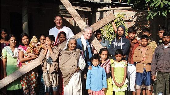 男子仿耶稣背负50斤重十字架26年走遍世界