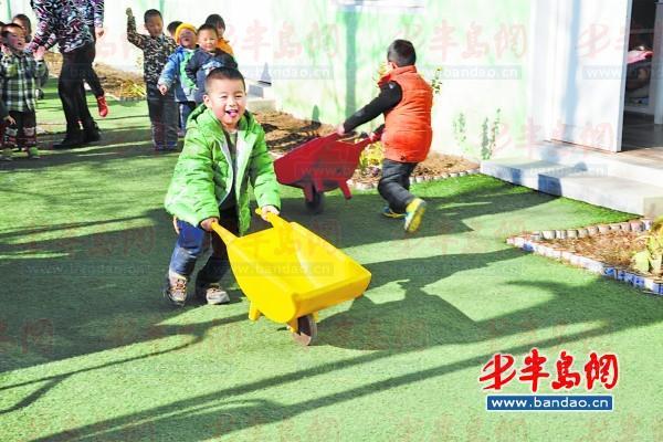 黄岛区一幼儿园的孩子们在做游戏