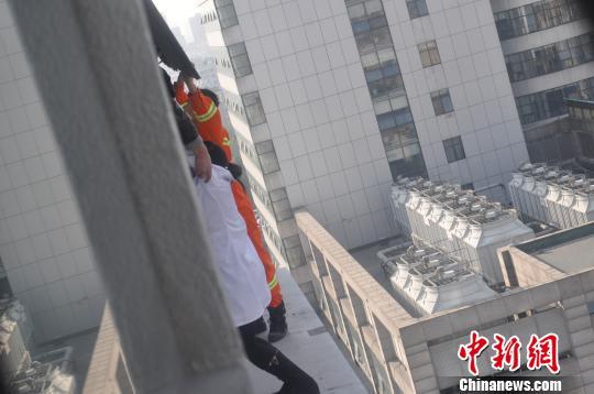 消防人员赶到后将该护士救起。 吴佳蔚 摄