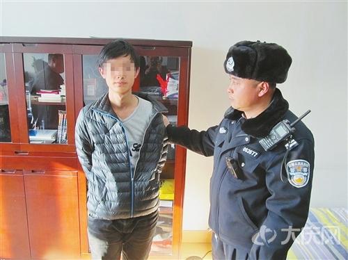 行窃的小刚被民警控制住。