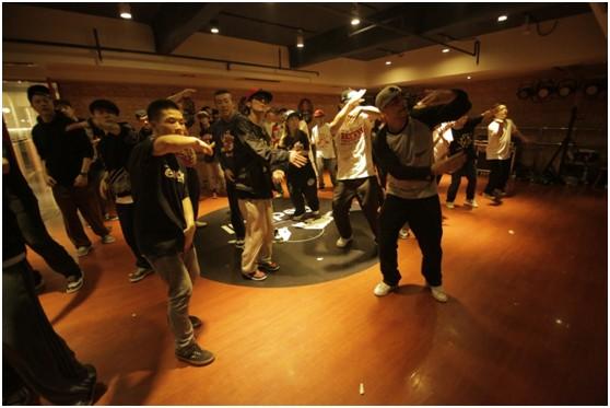 第一代Hiphop舞者Mr.Wiggles对战强化训练中为学员呈现劲爆的纯正嘻哈街舞