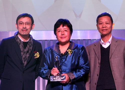 香港作家、文化评论家马家辉和中国艺术研究院建筑艺术研究所副所长王明贤为年度致敬人物获奖者苏利文的代表安远远颁奖