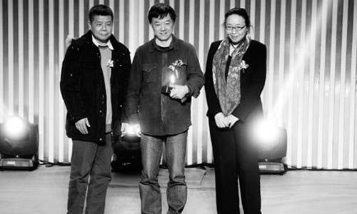 吕效平(中)的《蒋公的面子》获年度戏剧奖。