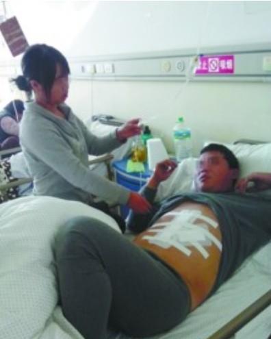 昨日,记者在医院病房看到,赵扬上腹部包扎着白纱布,不敢使劲儿翻身,表情很痛苦。北国网、辽沈晚报记者 胡清 摄