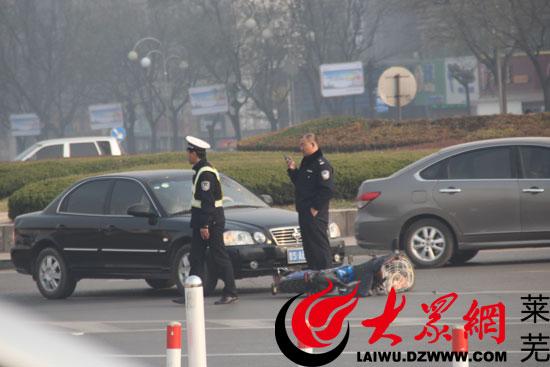 交警正在处理事故现场(见习记者-亓秀宝-摄)