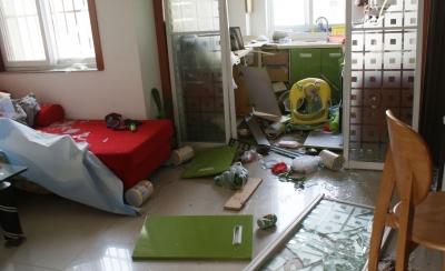 厨房和客厅一片狼藉。