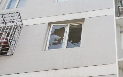 玻璃碎裂窗变形。