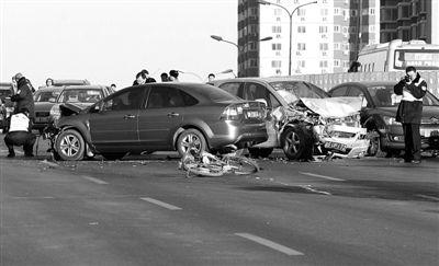 昨日,京藏高速北沙滩桥进京方向主路发生四车相撞事故,另有一辆电动自行车被撞,造成一死两伤。